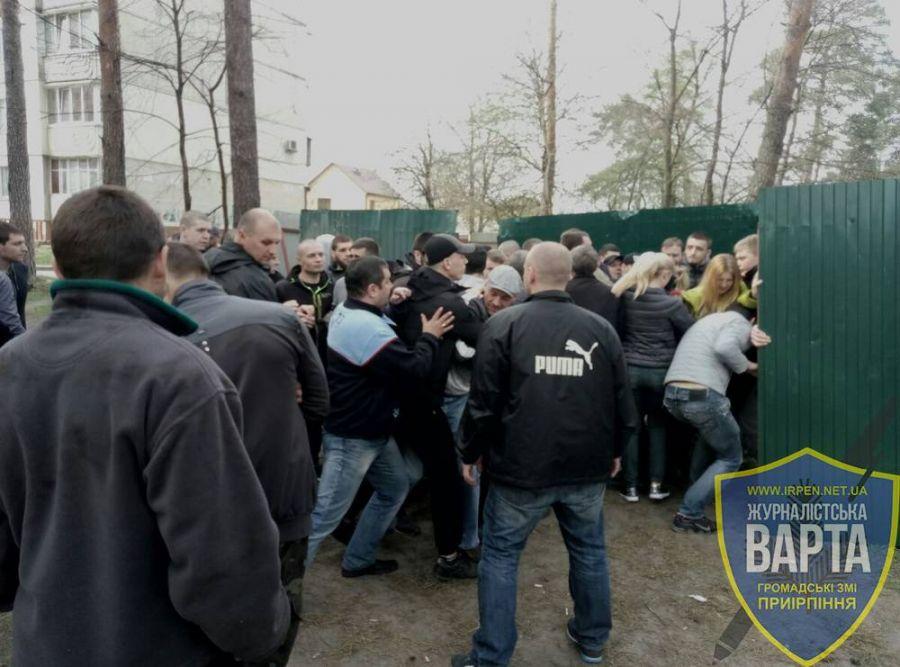 Местные жители: «Застройщик «Орлан-Инвест групп» привез титушек для установки Забора на Гостомельском шоссе»