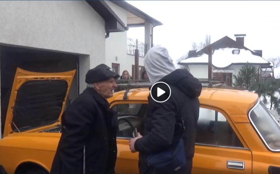 Подарок на новый год: СТО сделало полный ремонт москвича, в котором 17 лет жил человек. Позитивное видео