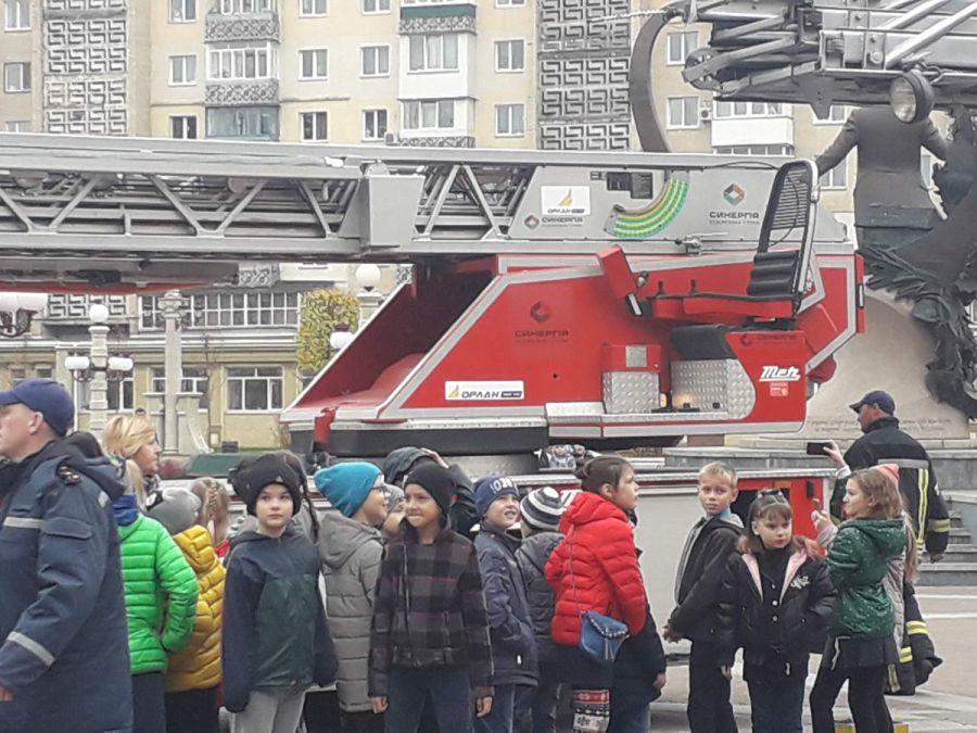 В Ирпене подаренную Германией пожарную машину по-колхозному залепили логотипами застройщиков