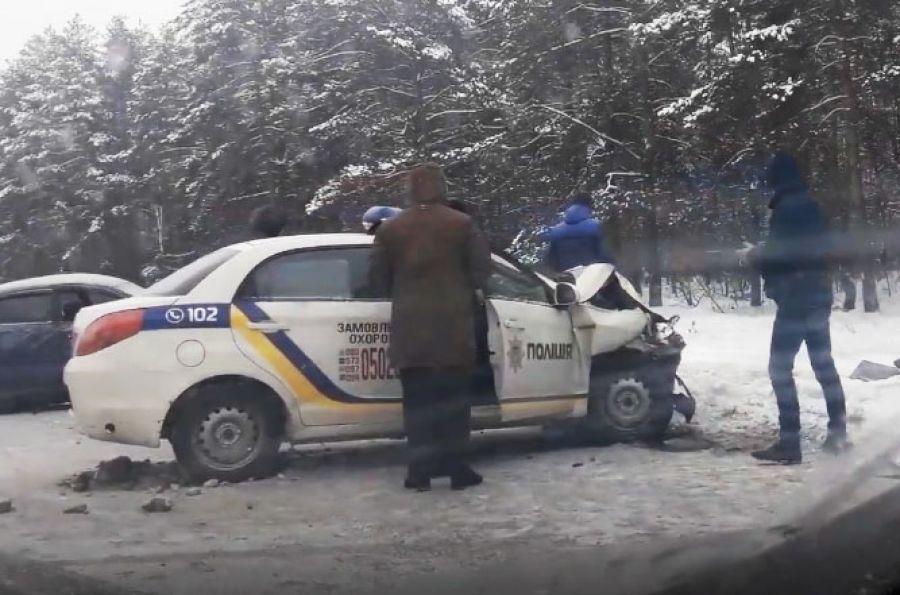 На Ново-Ірпінській трасі машина поліції врізалася у Mitsubishi, постраждала жінка. Відео